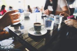 kawa 263x175 Dlaczego w Turcji do kawy podaje się szklankę wody?