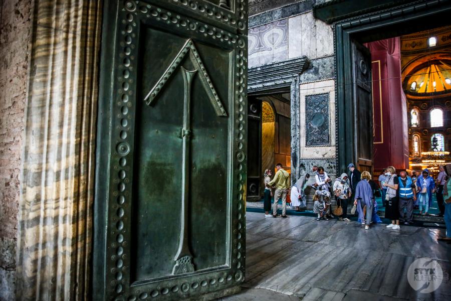 HagiaSophia meczet 20 of 24 Odwiedziliśmy meczet Hagia Sophia. Tak obecnie prezentuje się wnętrze dawnej świątyni chrześcijańskiej