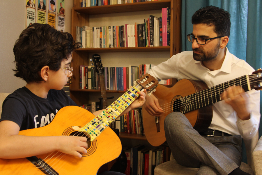 Gitara Lego Coglu 2 of 3 Turecki duet ojciec syn stworzył mikrotonalną gitarę z klocków Lego
