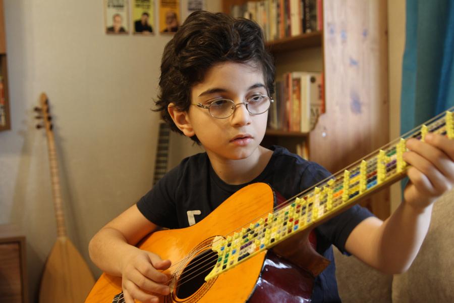 Gitara Lego Coglu 3 of 3 Turecki duet ojciec syn stworzył mikrotonalną gitarę z klocków Lego