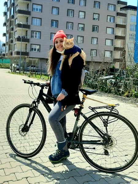 OzgeKubraTeymur 4 of 5 Turczynka jeżdżąca na rowerze z kotem na ramieniu podbija internet