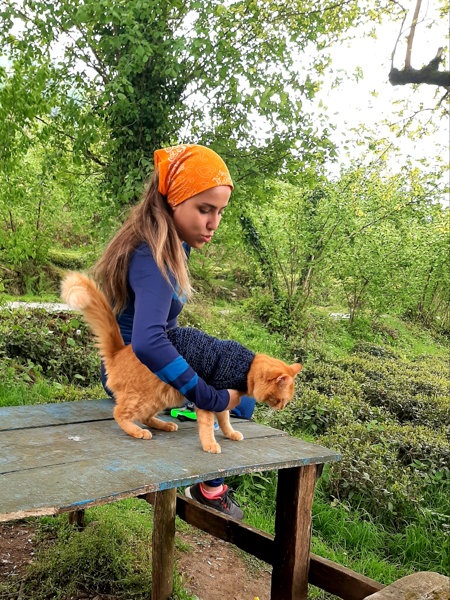 OzgeKubraTeymur 5 of 5 Turczynka jeżdżąca na rowerze z kotem na ramieniu podbija internet